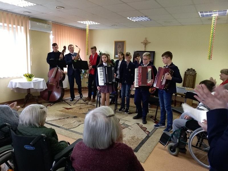 Simno gimnazijos pavasarinė dovana Miroslavo globos namų gyventojams